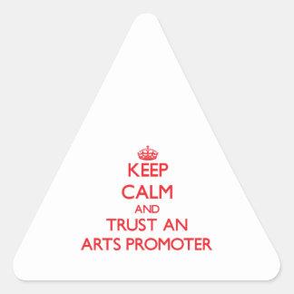 Guarde la calma y confíe en a un promotor de los a pegatinas de triangulo