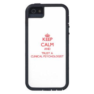 Guarde la calma y confíe en a un psicólogo clínico iPhone 5 Case-Mate cárcasas