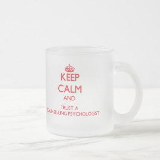 Guarde la calma y confíe en a un psicólogo de ases tazas de café