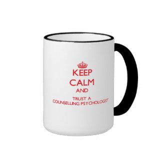 Guarde la calma y confíe en a un psicólogo de ases taza de café