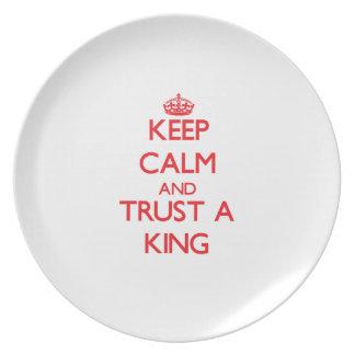 Guarde la calma y confíe en a un rey plato de comida