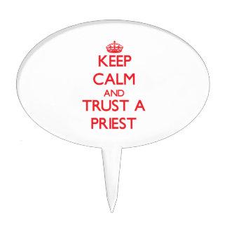 Guarde la calma y confíe en a un sacerdote figura de tarta