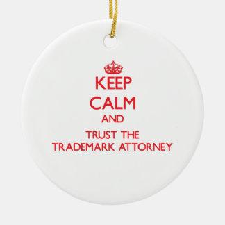 Guarde la calma y confíe en al abogado de la marca adorno navideño redondo de cerámica