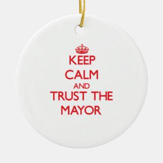 Guarde la calma y confíe en al alcalde ornamento para reyes magos
