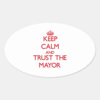 Guarde la calma y confíe en al alcalde calcomanía de ovaladas