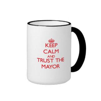 Guarde la calma y confíe en al alcalde taza a dos colores