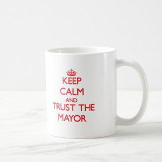 Guarde la calma y confíe en al alcalde tazas