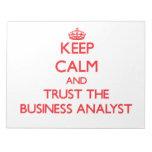 Guarde la calma y confíe en al analista del negoci blocs de notas