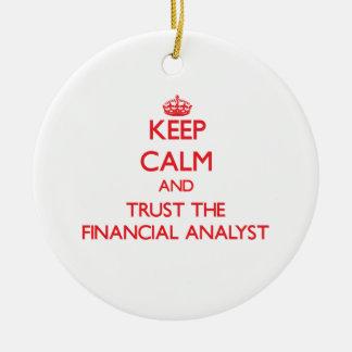 Guarde la calma y confíe en al analista financiero adorno navideño redondo de cerámica