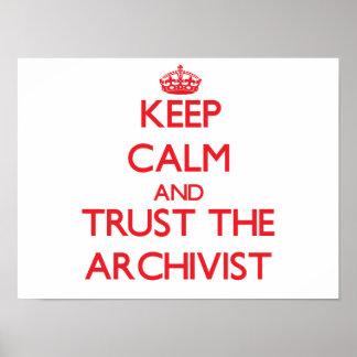 Guarde la calma y confíe en al archivista póster