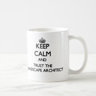 Guarde la calma y confíe en al arquitecto taza básica blanca