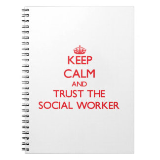 Guarde la calma y confíe en al asistente social cuadernos