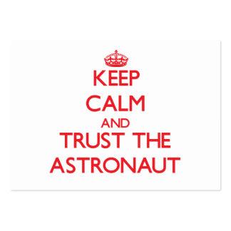 Guarde la calma y confíe en al astronauta tarjetas de visita