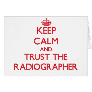 Guarde la calma y confíe en al ayudante radiólogo felicitaciones