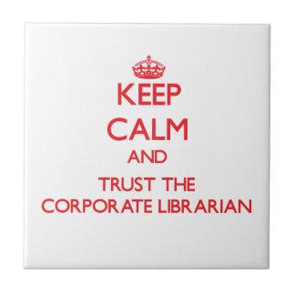 Guarde la calma y confíe en al bibliotecario corpo teja