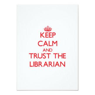 """Guarde la calma y confíe en al bibliotecario invitación 5"""" x 7"""""""