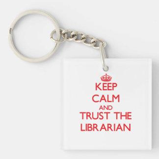 Guarde la calma y confíe en al bibliotecario llavero cuadrado acrílico a una cara