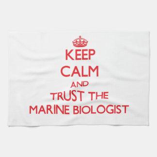 Guarde la calma y confíe en al biólogo marino toallas