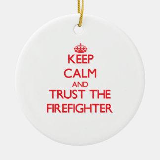 Guarde la calma y confíe en al bombero adorno navideño redondo de cerámica