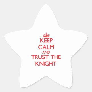 Guarde la calma y confíe en al caballero etiqueta