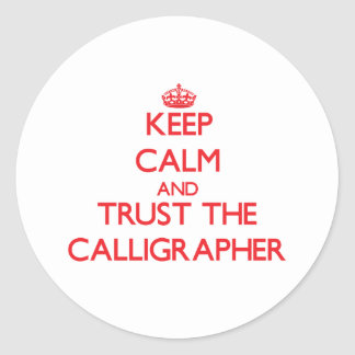 Guarde la calma y confíe en al calígrafo pegatina redonda