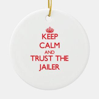 Guarde la calma y confíe en al carcelero adorno navideño redondo de cerámica