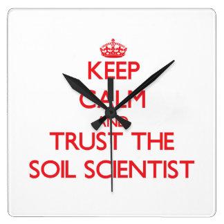 Guarde la calma y confíe en al científico del reloj cuadrado