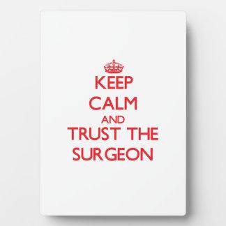 Guarde la calma y confíe en al cirujano placas con fotos