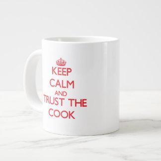 Guarde la calma y confíe en al cocinero taza jumbo