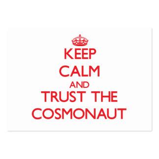 Guarde la calma y confíe en al cosmonauta plantilla de tarjeta de negocio