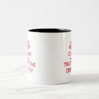 Guarde la calma y confíe en al dentista taza de café