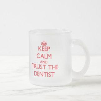 Guarde la calma y confíe en al dentista tazas de café
