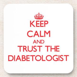 Guarde la calma y confíe en al Diabetologist Posavasos De Bebidas