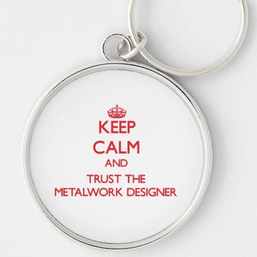 Guarde la calma y confíe en al diseñador de la tra llavero redondo plateado