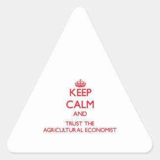 Guarde la calma y confíe en al economista agrícola pegatina triangulo