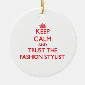 Guarde la calma y confíe en al estilista de la adorno navideño redondo de cerámica