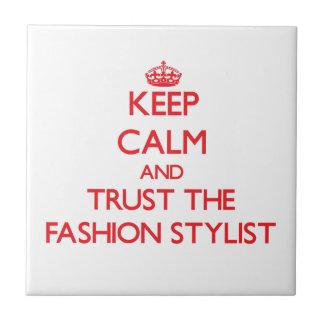Guarde la calma y confíe en al estilista de la mod tejas