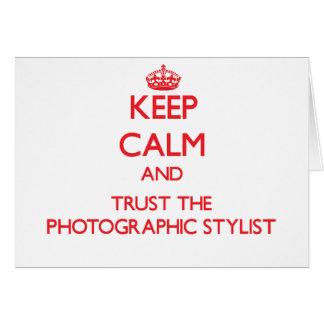Guarde la calma y confíe en al estilista fotográfi tarjeta