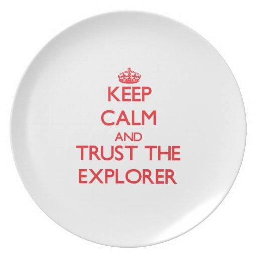 Guarde la calma y confíe en al explorador plato para fiesta
