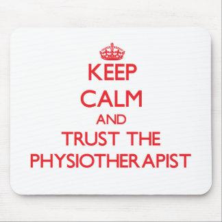 Guarde la calma y confíe en al fisioterapeuta tapetes de raton