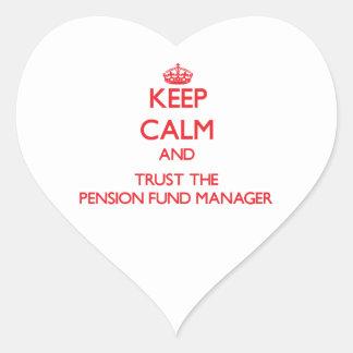 Guarde la calma y confíe en al gestor de fondos de pegatina en forma de corazón