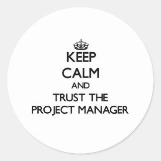 Guarde la calma y confíe en al gestor de proyecto pegatina redonda