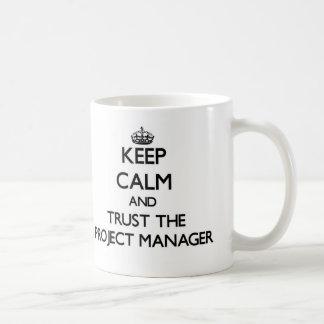 Guarde la calma y confíe en al gestor de proyecto taza básica blanca