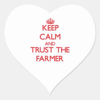 Guarde la calma y confíe en al granjero calcomanía de corazón personalizadas