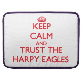 Guarde la calma y confíe en al Harpy Eagles Fundas Para Macbook Pro