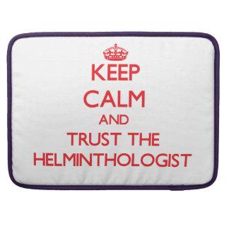Guarde la calma y confíe en al helmintologista fundas para macbooks