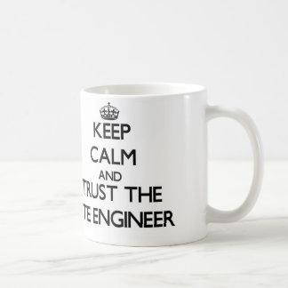 Guarde la calma y confíe en al ingeniero del sitio tazas