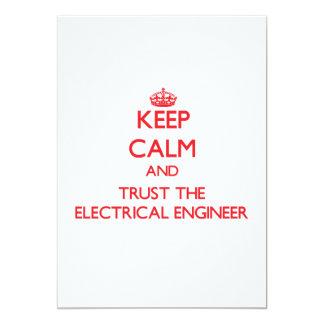 """Guarde la calma y confíe en al ingeniero eléctrico invitación 5"""" x 7"""""""