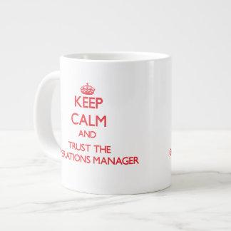 Guarde la calma y confíe en al jefe de explotación taza grande