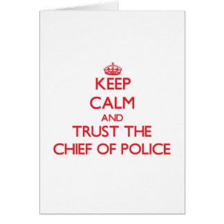 Guarde la calma y confíe en al jefe de policía tarjeton